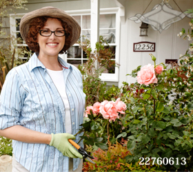 庭仕事をする笑顔の女性